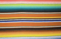 Il fondo tradizionale generale di festa del poncio della coperta del de Mayo Messico di cinco del fondo messicano del poncio con  fotografia stock