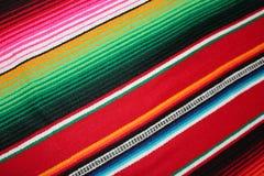 Il fondo tradizionale generale di festa del poncio della coperta del de Mayo Messico di cinco del fondo messicano del poncio con  immagine stock