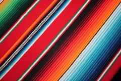Il fondo tradizionale generale di festa del poncio della coperta del de Mayo Messico di cinco del fondo messicano del poncio con  fotografie stock