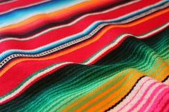 Il fondo tradizionale generale di festa del poncio della coperta del de Mayo Messico di cinco del fondo messicano del poncio con  fotografia stock libera da diritti