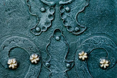 Il fondo verde blu metallico impresso con i dettagli barrocco e con i bottoni metal i fiori dell'oro Fotografia Stock