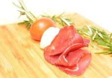 Il formaggio cremoso rotola aumenta l'aperitivo con il prosciutto di Parma e la mozzarella immagini stock