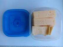 Il formaggio ha affettato il ‹del †del ‹del †in una ciotola per un picnic Fotografia Stock Libera da Diritti