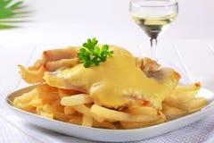 Il formaggio ha superato i filetti di pesce con le patate fritte Fotografia Stock