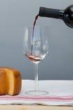 Il formaggio, il bicchiere e la bottiglia del Malbec wine Immagine Stock