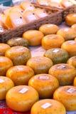 Il formaggio olandese delizioso all'agricoltori commercializza 1/4 fotografia stock libera da diritti