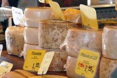 Il formaggio spinge, specie differenti, al mercato degli agricoltori Immagini Stock Libere da Diritti