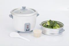 Il fornello di riso bianco con l'accessorio da cucinare ha cotto a vapore le verdure Immagini Stock
