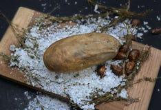 Il forno ha cotto le patate con il salgemma fotografia stock