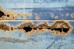 Il foro ha scheggiato il metallo strutturato arrugginito di vecchia automobile fotografia stock