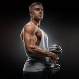 Il forte atleta in activewear pronto a fare il pompaggio su muscles w Fotografie Stock