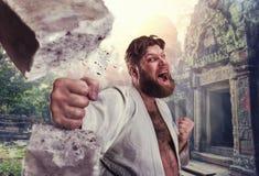 Il forte karateka rompe un mattone immagine stock libera da diritti