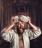 Il forte karateka rompe un mattone fotografie stock