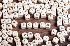 Il forum, lettera taglia la parola a cubetti Immagini Stock