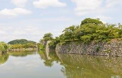 Il fossato e le pareti di pietra di Himeji fortificano, il Giappone Sito dell'Unesco Fotografie Stock