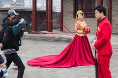 Il fotografo cinese prende le immagini di pre-nozze per le coppie o immagini stock