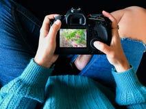 Il fotografo dilettante esamina la macchina fotografica fotografia stock libera da diritti