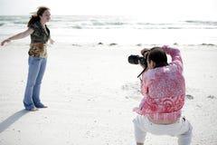 Il fotografo lavora con il modello Immagine Stock Libera da Diritti