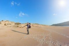 Il fotografo maschio viaggia le dune. Fotografia Stock Libera da Diritti