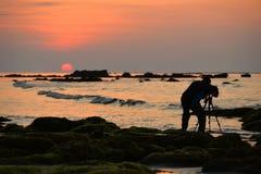 Il fotografo nell'azione ha preso il tramonto Fotografia Stock Libera da Diritti