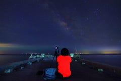 Il fotografo prende la foto della Via Lattea Fotografie Stock