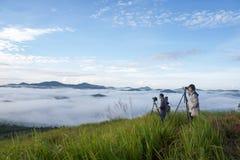 il fotografo 2 prende la foto sopra il piccolo villaggio in nebbia, alcune dove vicino a Dalat, Vietnam Fotografia Stock