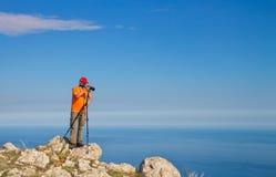 Il fotografo prende le immagini dei paesaggi sulla montagna Fotografie Stock Libere da Diritti