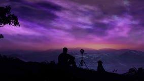 Il fotografo spara un'alba magica nelle montagne video d archivio