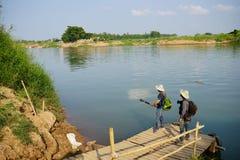 Il fotografo sta aspettando per attraversare il fiume Mandalay, Myanmar Immagine Stock