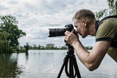 Il fotografo sta mettendo a fuoco immagine stock libera da diritti