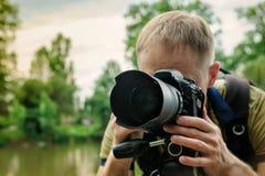 Il fotografo sta mettendo a fuoco fotografie stock libere da diritti