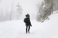 Il fotografo sulla strada di inverno fotografia stock libera da diritti