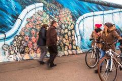 Il frammento dei graffiti su Berlin Wall alla galleria del lato est, che nel 1989 ed ora è sprofondato è più grande galleria dei  Fotografia Stock Libera da Diritti