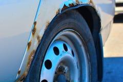 Il frammento di un'automobile con ruggine l'elemento della carrozzeria è corroso Concetto: resistenza della corrosione, riparazi fotografie stock