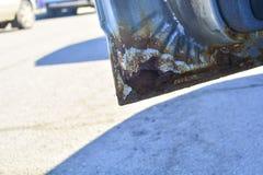 Il frammento di un'automobile con ruggine l'elemento della carrozzeria ? corroso Concetto: resistenza della corrosione, riparazio immagine stock libera da diritti