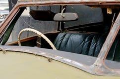 Il frammento di vecchia automobile arrugginita ha battuto il vetro anteriore Fotografia Stock Libera da Diritti
