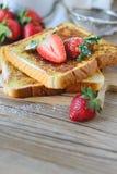Il francese ha tostato con la fragola ed il caffè, prima colazione sana Fotografia Stock Libera da Diritti