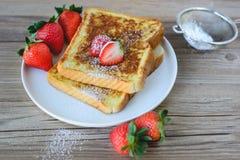 Il francese ha tostato con la fragola ed il caffè, prima colazione sana Fotografie Stock Libere da Diritti