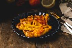 Il francese tradizionale drappeggia con crespo il suzette con le arance sanguinose rosse, i pancake russi del blini - pasto di fe immagine stock libera da diritti