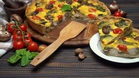 Il francese tradizionale ha cotto la torta casalinga della quiche sul bordo di legno stock footage