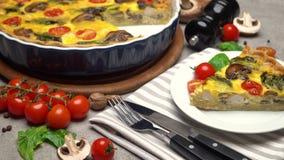Il francese tradizionale ha cotto la torta casalinga della quiche sul tagliere di legno stock footage