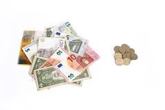 Il franco svizzero dell'euro dollaro della sterlina contro la rublo russa conia su fondo bianco Soldi dai paesi differenti Immagine Stock