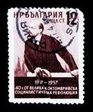 Il francobollo della Bulgaria mostra il ritratto della V Lenin, 40 anni di anniversario della rivoluzione di ottobre, circa 1957 Immagine Stock Libera da Diritti