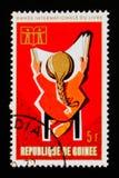 Il francobollo della Repubblica di Guinea mostra i grafici dell'anno internazionale del libro, circa 1972 Fotografie Stock Libere da Diritti
