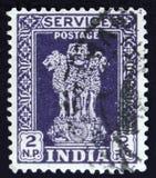 Il francobollo indiano mostra a quattro leoni indiani la capitale della colonna di Ashoka, circa 1958 Immagini Stock Libere da Diritti