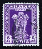 Il francobollo indiano mostra a quattro leoni indiani la capitale della colonna di Ashoka, circa 1957 Immagine Stock Libera da Diritti