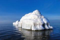 Il frangiflutti sotto forma di iceberg in un giorno di inverno soleggiato Immagini Stock