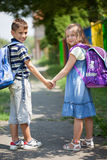 Il fratello e la sorella felici vanno a scuola insieme, di nuovo alla scuola co Fotografia Stock Libera da Diritti