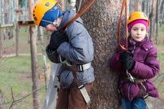 Il fratello e la sorella pronti a sormontare le corde scorrono Immagine Stock