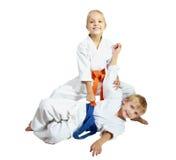 Il fratello e la sorella in un kimono insegnano ai tiri Fotografie Stock Libere da Diritti